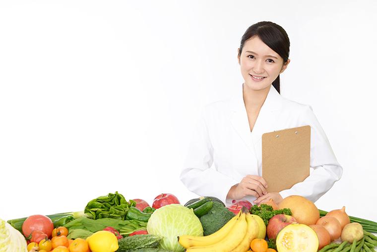 白衣の女性と野菜と果物