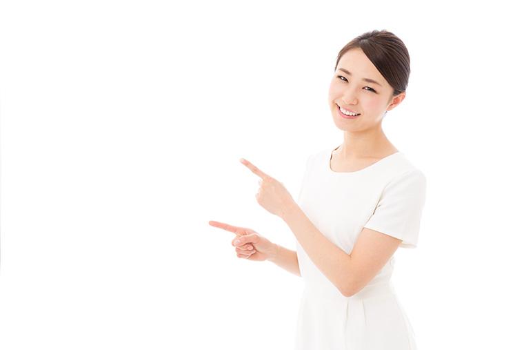 宙を指さして笑う女性