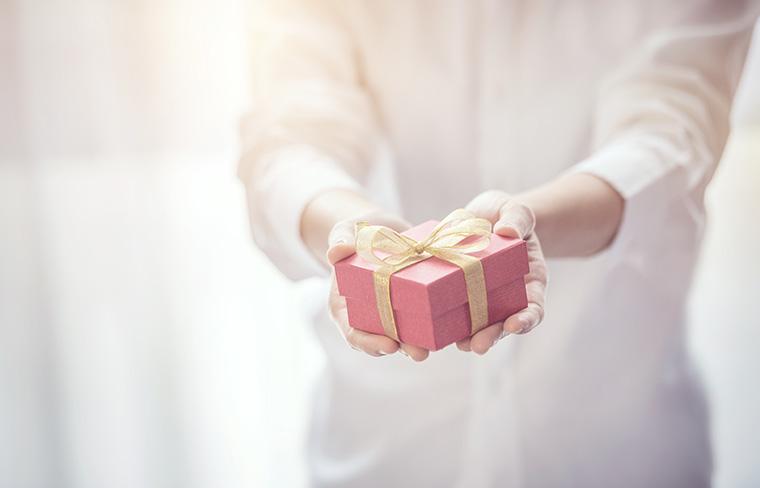 プレゼントボックスを差し出す女性