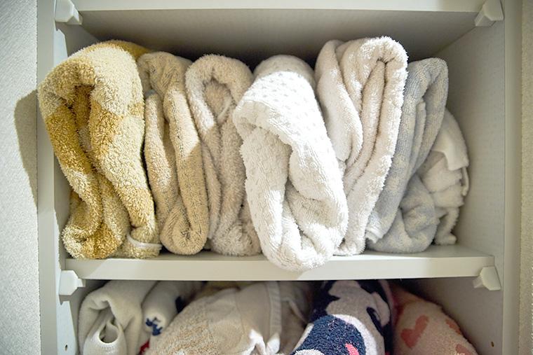 棚に詰め込まれたバスタオル