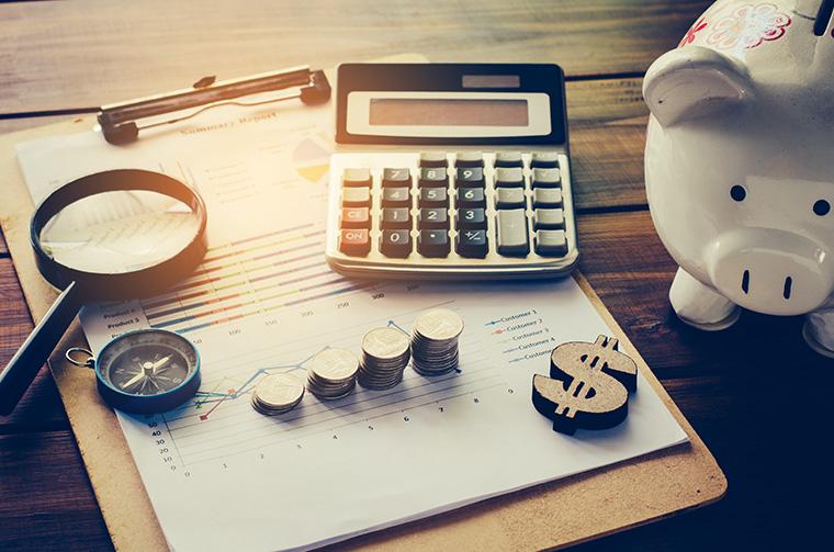 電卓とお金と貯金箱