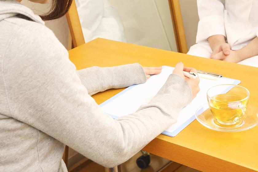 カウンセリングシートを記入する女性