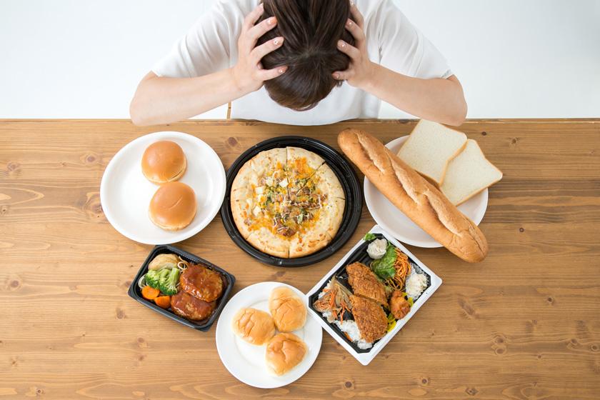 料理を見て頭を抱える女性