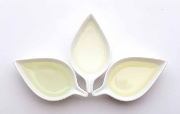 葉型の小皿に入った液体