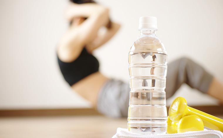 水と、腹筋運動をする女性