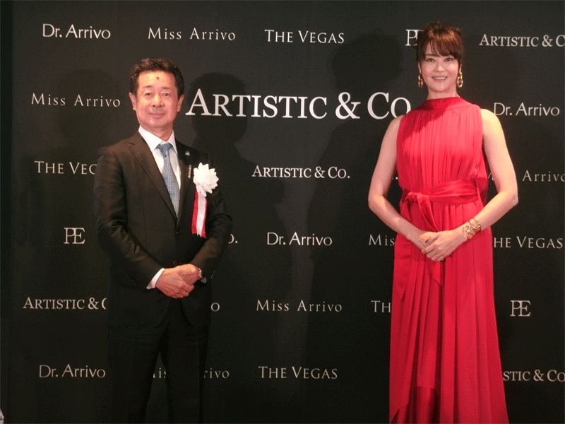近藤英樹社長(左)と観月ありささん