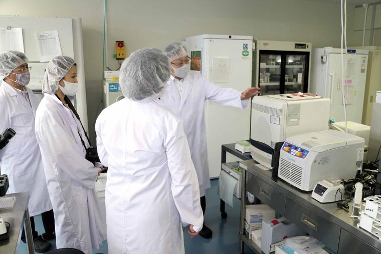 施設内でPCR検査を行うスタッフ