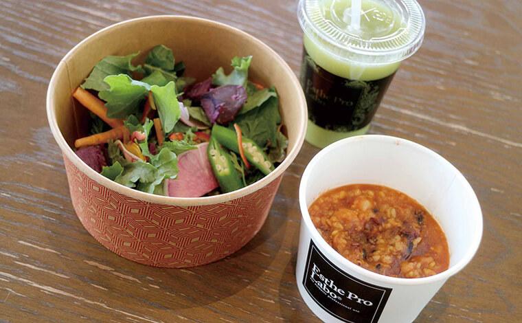 プロラボファームで収穫された野菜を使ったサラダ、ハーブザイム113、ファストプロミールの写真
