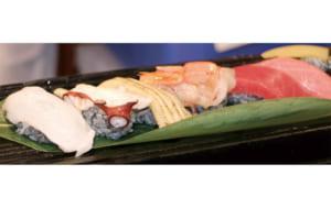 黒いシャリのお寿司が並ぶ写真