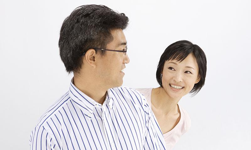 笑顔の男女の写真